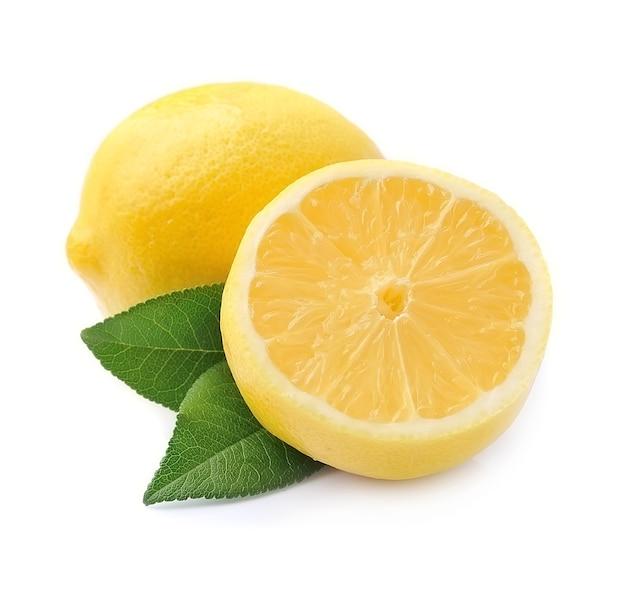 Słodkie owoce cytryny z liśćmi na białym tle.