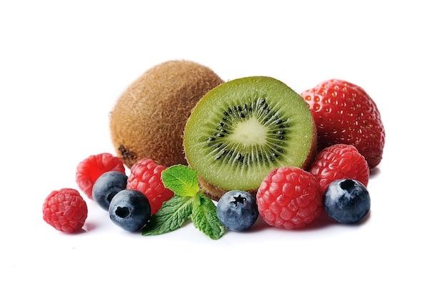 Słodkie owoce kiwi z jagodami na białym tle.