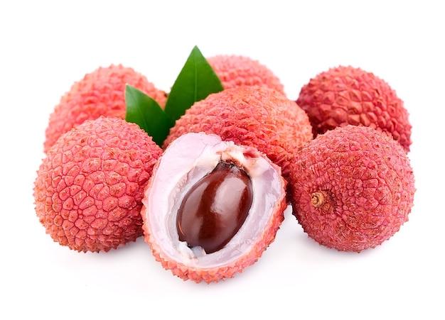 Słodkie owoce liczi z liśćmi z bliska na białym tle