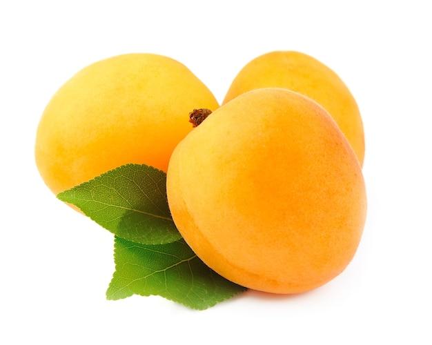 Słodkie owoce moreli z listkami na białym tle