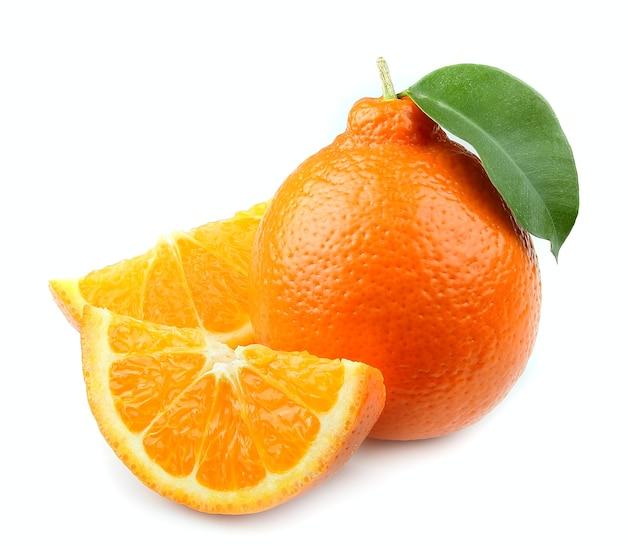 Słodkie owoce pomarańczy z liśćmi