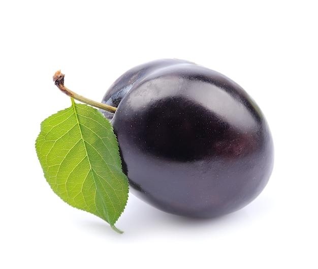 Słodkie owoce śliwki na biały zbliżenie