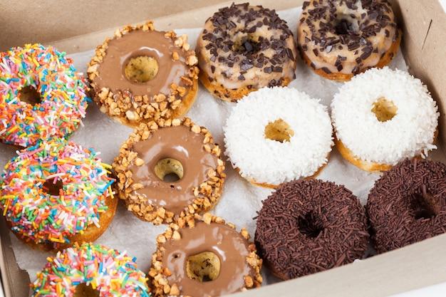 Słodkie pączki w pudełku papierowym