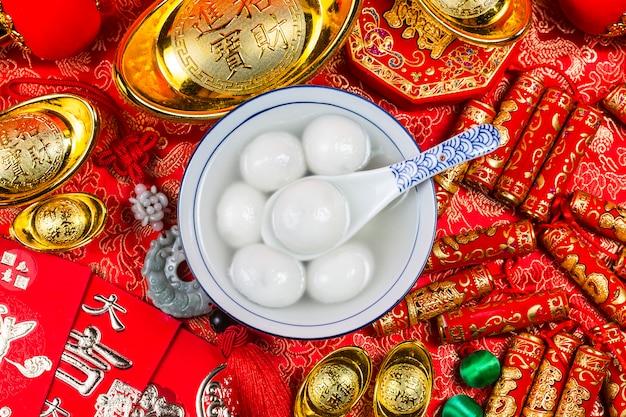 Słodkie pierogi w misce na stole