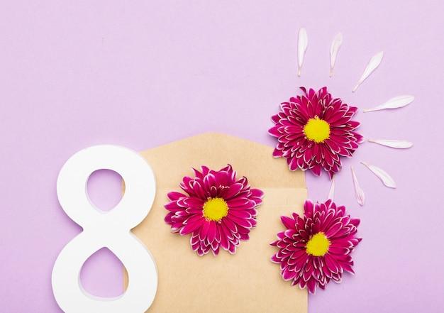 Słodkie płatki kwiatów i symbol na dzień kobiet