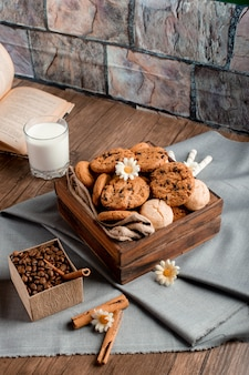 Słodkie pudełko ciasteczek i szklanka mleka