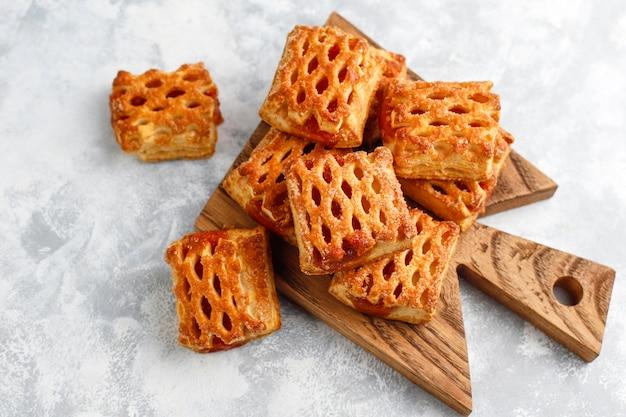 Słodkie pyszne ciasteczka z dżemem owocowym, widok z góry