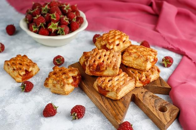 Słodkie pyszne malinowe ciasteczka z dojrzałych malin, widok z góry