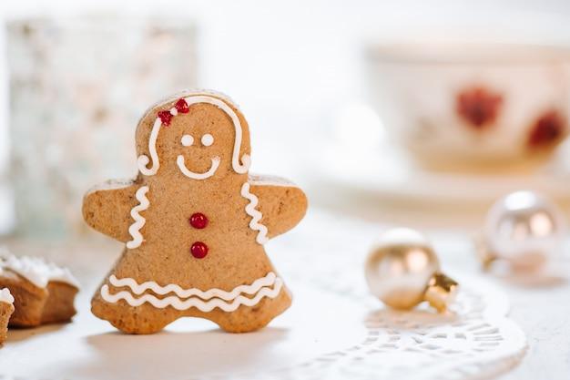 Słodkie ręcznie robione świąteczne motywy zdobione ciastkami