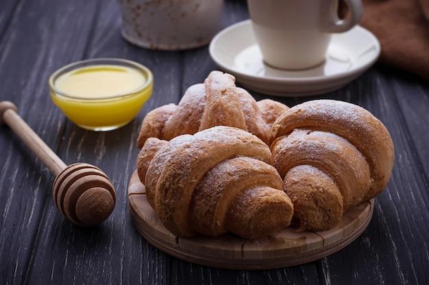 Słodkie rogaliki, miód i kawa