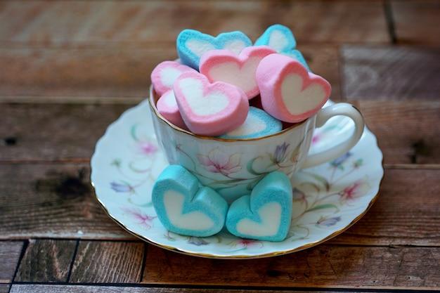Słodkie serca cukierki w filiżance miłości na walentynki