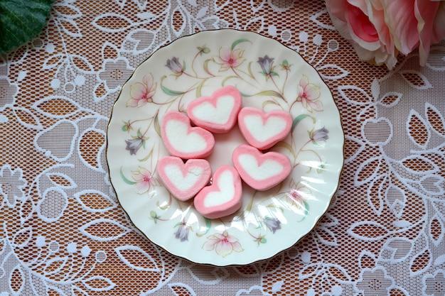 Słodkie serduszka w talerzu na walentynki
