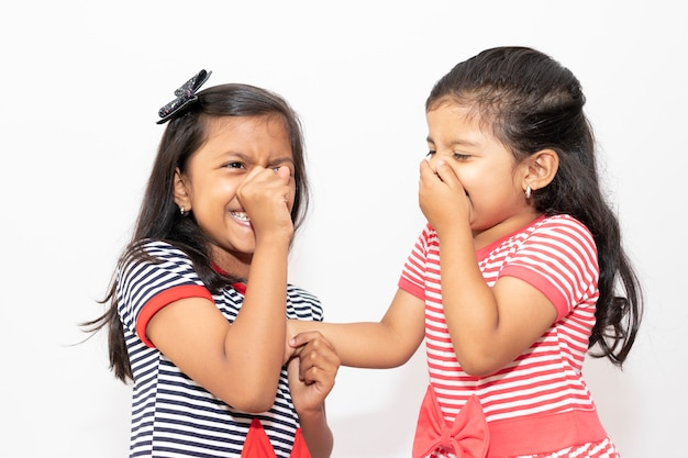 Słodkie siostry w paski sukienki śmiejąc się