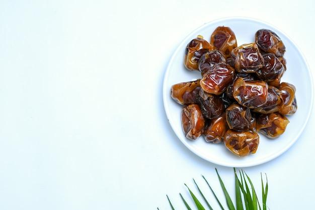 Słodkie słodkie suszone owoce palmy na białym tle