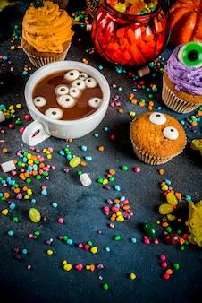 Słodkie słodycze zabawnych dzieci na halloween