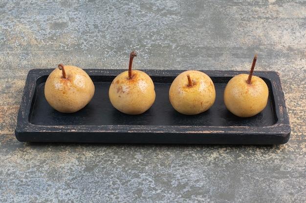 Słodkie smaczne owoce na ciemnym pokładzie na marmurowym tle. zdjęcie wysokiej jakości