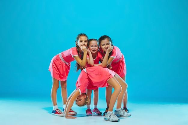 Słodkie śmieszne dziewczyny tańczą