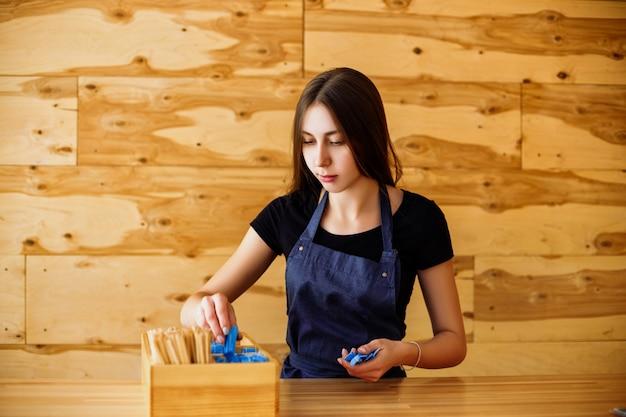 Słodkie stosy barista dziewczyna trzymać z cukrem