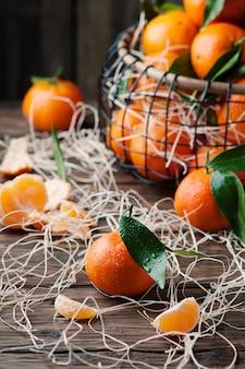 Słodkie świeże mandarynki na stole vintage