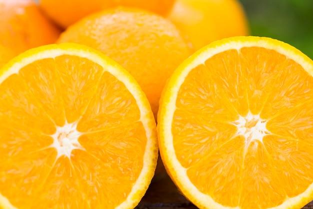 Słodkie, świeże pomarańcze w naturalnym świetle na starym drewnie