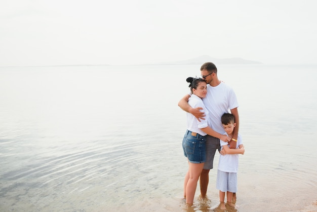Słodkie szczęśliwe rodziny zabawy na luksusowym tropikalnym kurorcie, matka z dzieckiem, letnie wakacje.