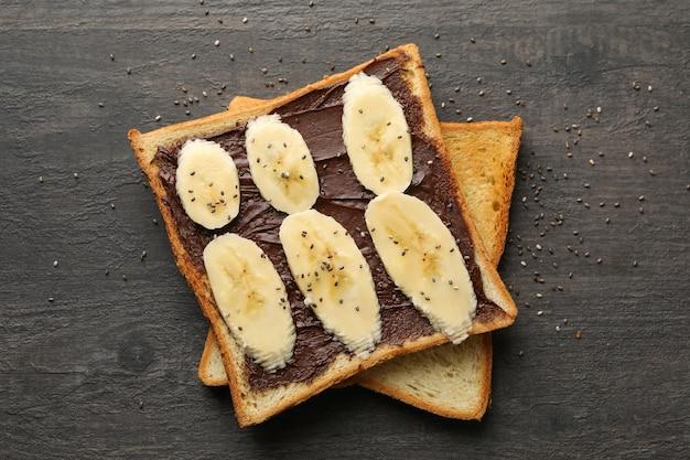 Słodkie tosty z bananem na podłoże drewniane