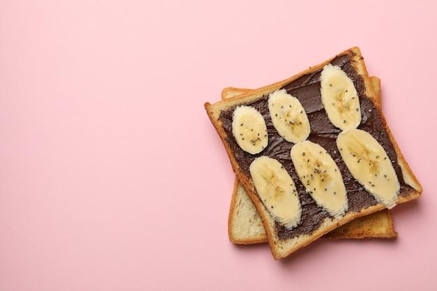 Słodkie tosty z bananem na różowym tle