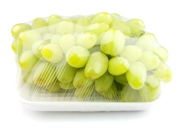 Słodkie winogrona pakowane próżniowo na białym tle