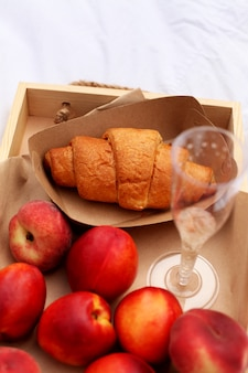 Słodkie wypieki, napoje i owoce. miły dzień latem.