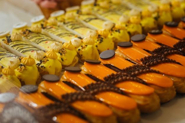 Słodkie. zbliżenie smacznych świeżych eklerów bananów i karmelu pięknie urządzone