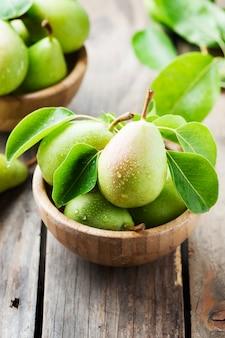 Słodkie zielone gruszki na drewnianym stole