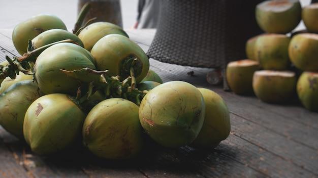 Słodkie zielone kokosy. kokosowe owoce tropikalne do picia w chinach