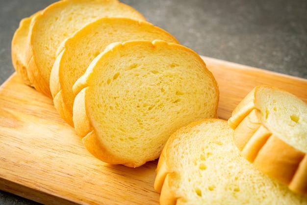 Słodkie ziemniaki chleb pokrojony na drewnianej desce