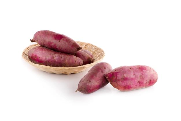 Słodkie ziemniaki na białym tle z białą powierzchnią