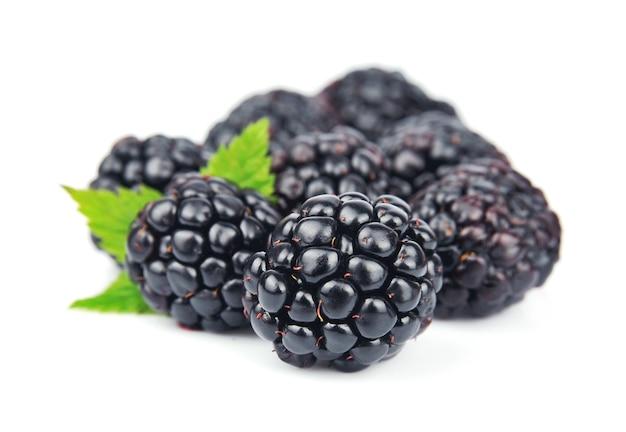 Słodko-sokowy owoc jeżyny z listkami