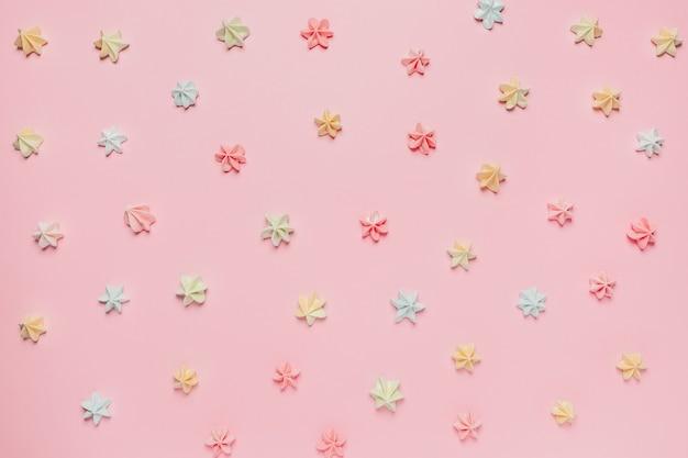 Słodycze i cukierki na różowym tle, koncepcja miłości i valentine
