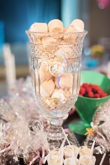 Słodycze i dekoracja na stole - motyw urodzinowy dla dzieci w ogrodzie