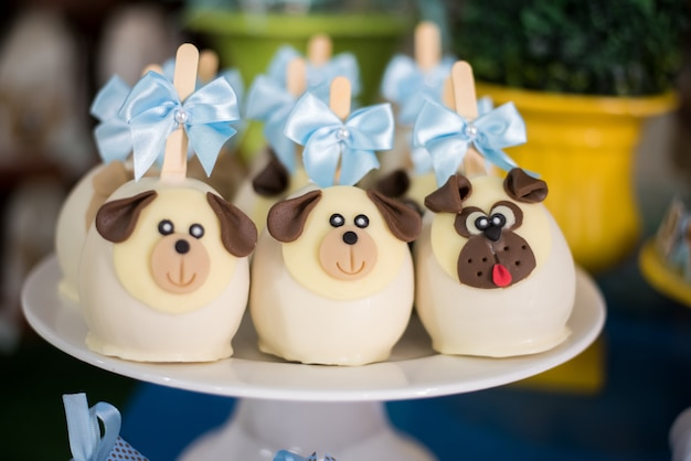 Słodycze i dekoracja stołu - motyw psa - urodziny dla dzieci