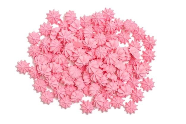 Słodycze i desery, różowa beza lub ptasie mleczko na białym tle. widok z góry.