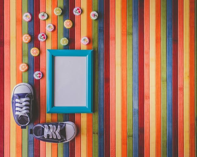 Słodycze i małe buty z copyspace