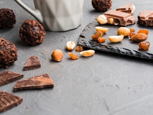 Słodycze leżące na szarej powierzchni teksturowanej