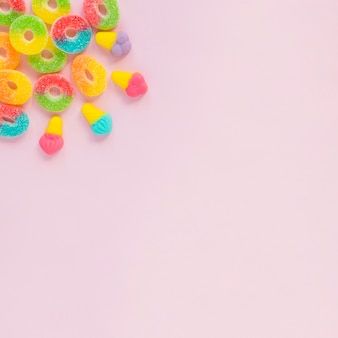Słodycze na różowej powierzchni