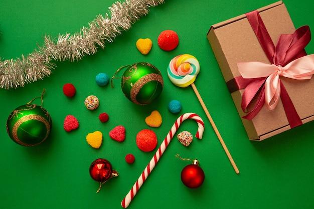 Słodycze, prezenty, zabawki świąteczne na zielono