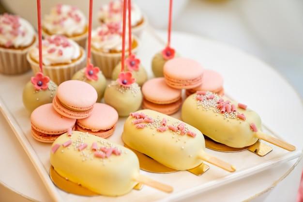 Słodycze różowo-żółte słodycze na świąteczne urodziny i wesele