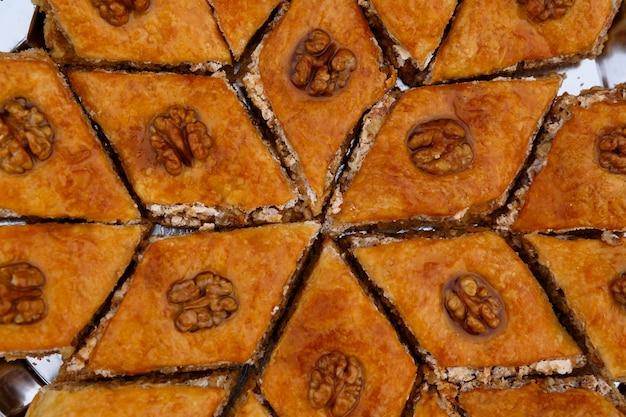 Słodycze wschodnie - baklava deserowa, ozdobiona orzechami włoskimi na górze, zbliżenie