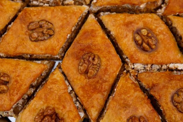 Słodycze wschodnie. deserowa baklava, udekorowana orzechami włoskimi na wierzchu