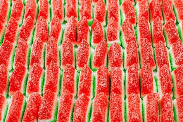 Słodycze z galaretką arbuzową. pyszne cukierki do żucia. widok z góry.