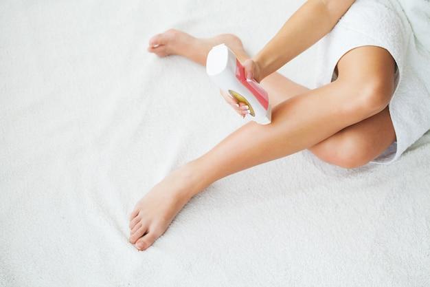 Słodzenie: depilacja cukrem płynnym na nogach