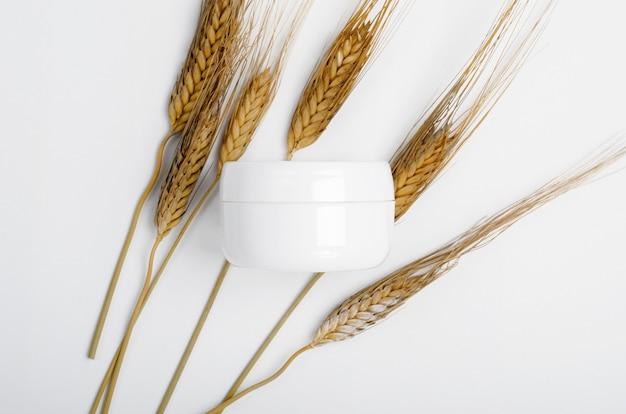 Słoiczek naturalnego kremu do twarzy z pszenicą