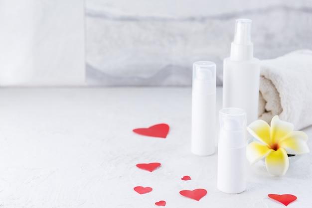 Słoiczki kosmetyczne z ręcznikiem, kwiatkiem i serduszkami.